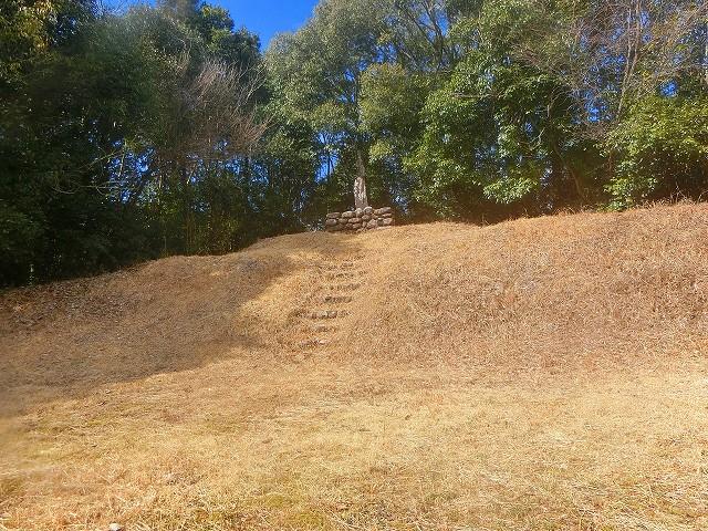 登城路を登ると横川城の主郭跡に出ました。