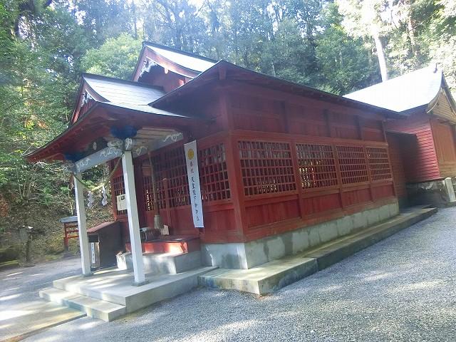 安良神社の拝殿にて参拝しました。