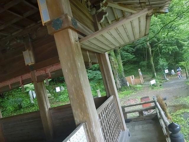 精矛神社の拝殿には回り廊下があります。