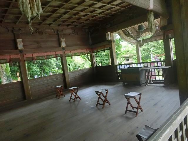 精矛神社の拝殿は外から見えて舞台のよう。