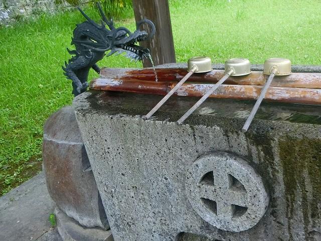 手水舎には島津家の家紋があります。