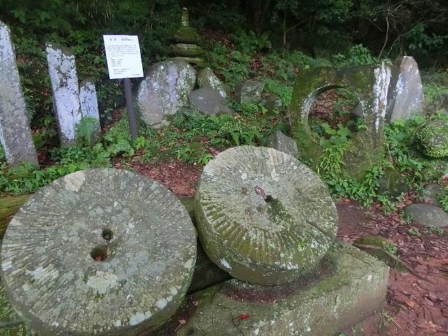 朝鮮から持ち帰った石が置かれています。