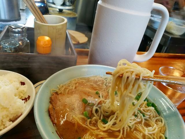 天天有さんのラーメンは自家製の中太麺