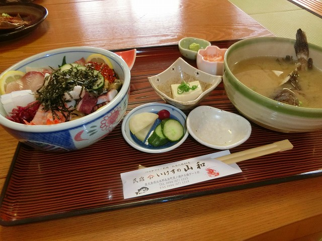 特製の海鮮丼にもアラカブの味噌汁が。