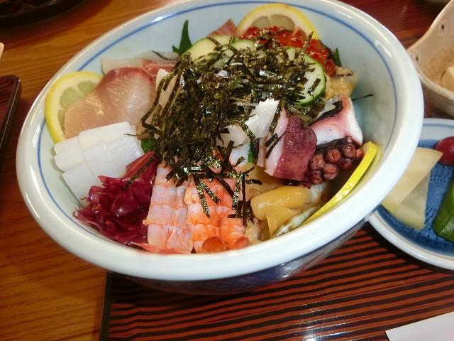 特製の海鮮丼は豪華たくさん盛り。