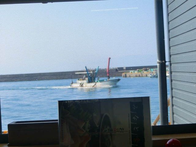 みなと食堂の窓からは漁船が見えます。