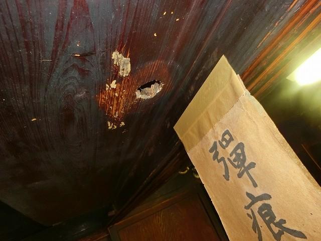 西郷さんが暴発した弾痕の跡が生々しい。