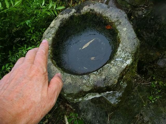 手水鉢は西郷どんの手には小さいかな。
