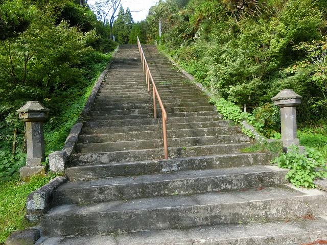 凱旋門の後ろには長い階段があります。