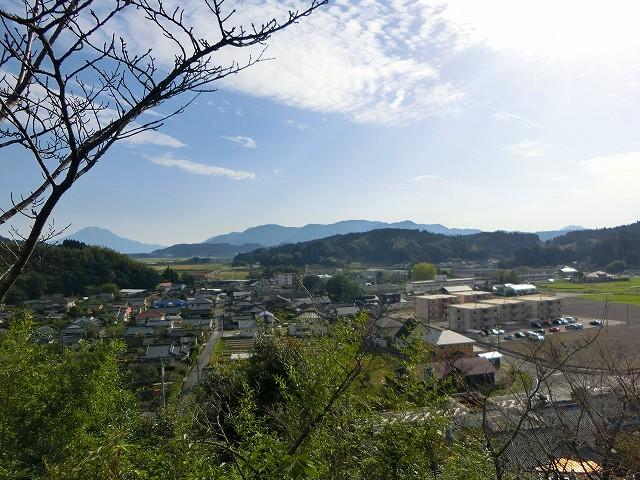 招魂碑からは山田の家並みが見えます。