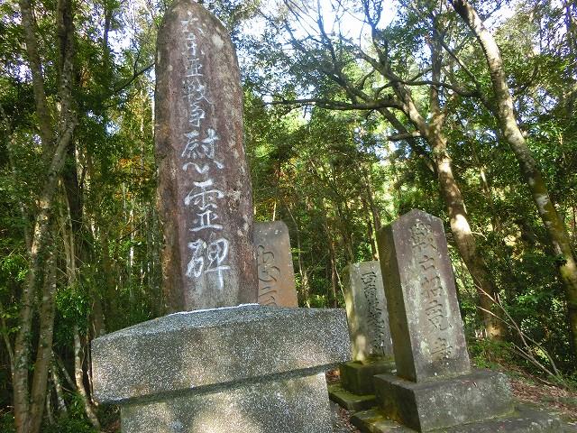 社の後ろには様々な慰霊碑がありました。
