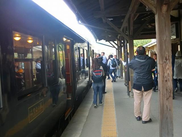 嘉例川駅では隼人の風は5分間停まります。