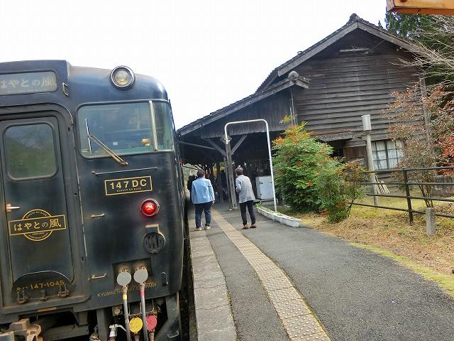 はやとの風が嘉例川駅の駅舎に合います。