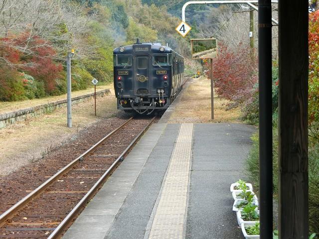 嘉例川駅に黒い車体のはやとの風が入ってきました。
