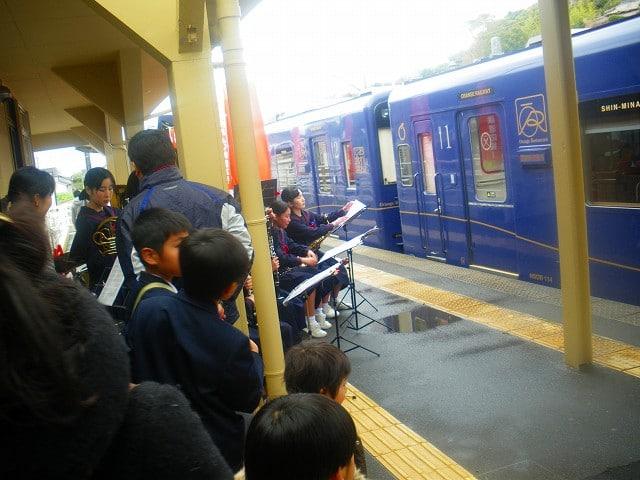 観光列車のおれんじ食堂の歓迎セレモニー