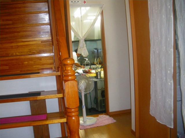 玄関から奥に厨房が見えます。