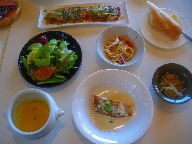 阿久根港で水揚げされた新鮮な魚を料理。