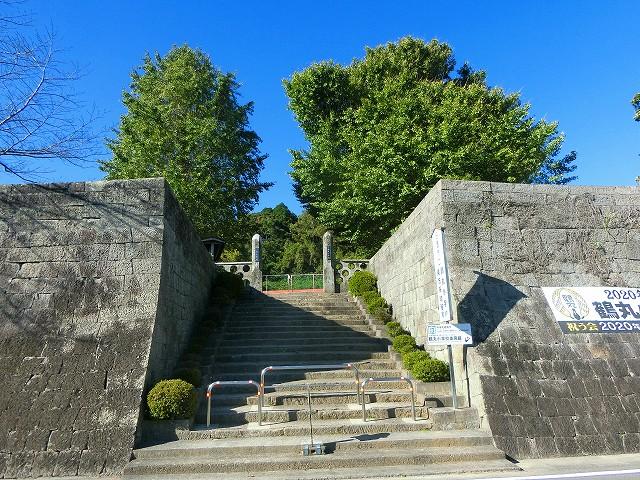 鶴丸小学校には鶴丸城の石垣があります。