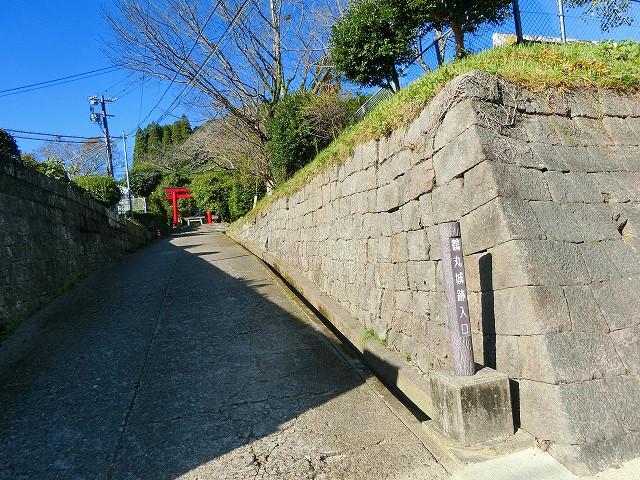 鶴丸小学校の横に鶴丸城へ入口があります。