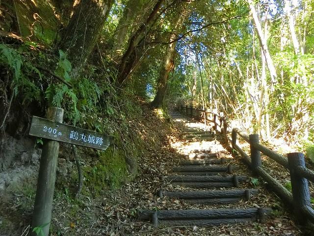 鶴丸城の主郭への道は整備されています。
