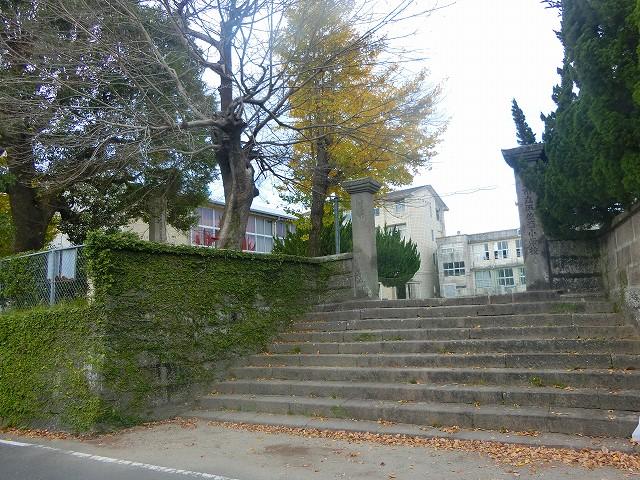 平佐小学校の石壁は平佐城の跡です。