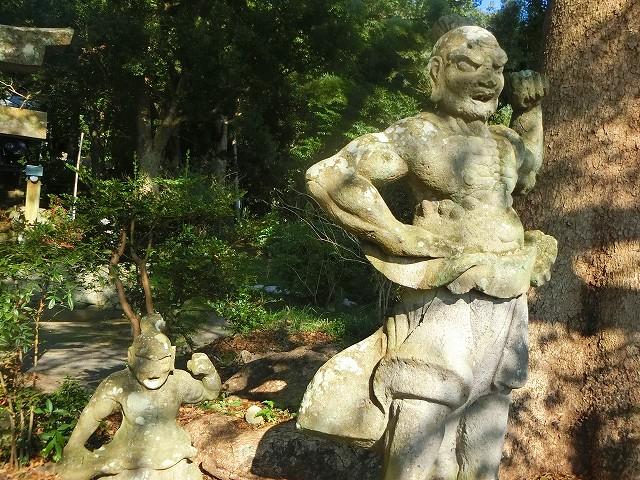 稲荷神社を守る阿型の仁王像です。
