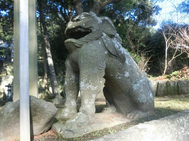 阿型の狛犬が稲荷神社を守ります。