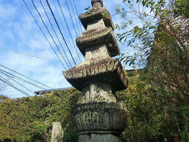 敵味方を区別しないで供養した六地蔵塔。