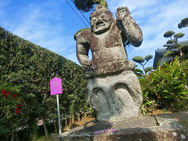 庭にあったのは日新寺の門にあった仁王像。