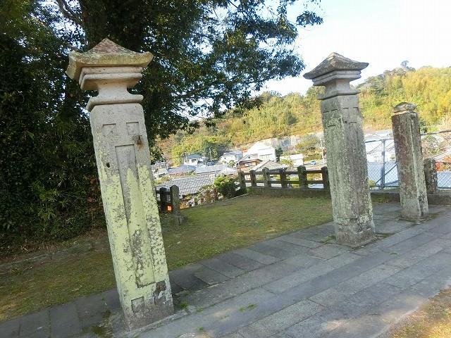 大手門の場所には加世田小学校の門柱が。
