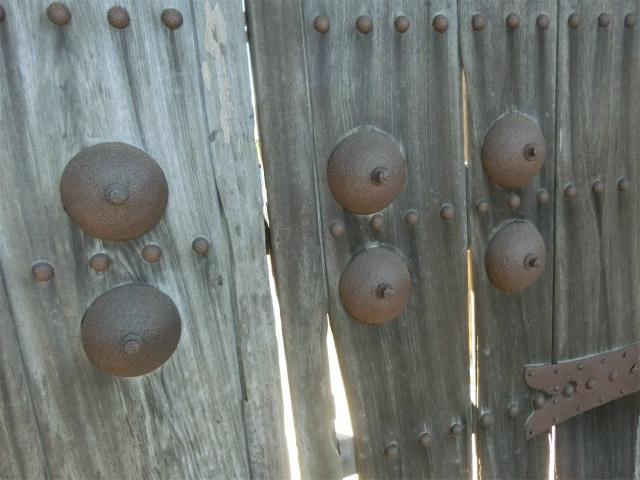 乳鋲(ちびょう)で門を飾りました。