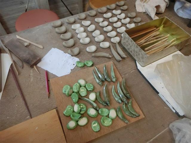そら豆やオクラの箸置きを制作中です。