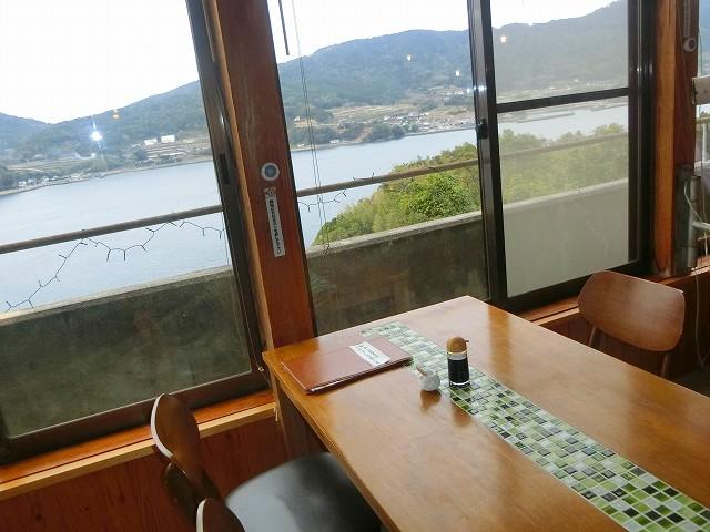 黒之瀬戸海峡が見えるテーブル席に座りました。