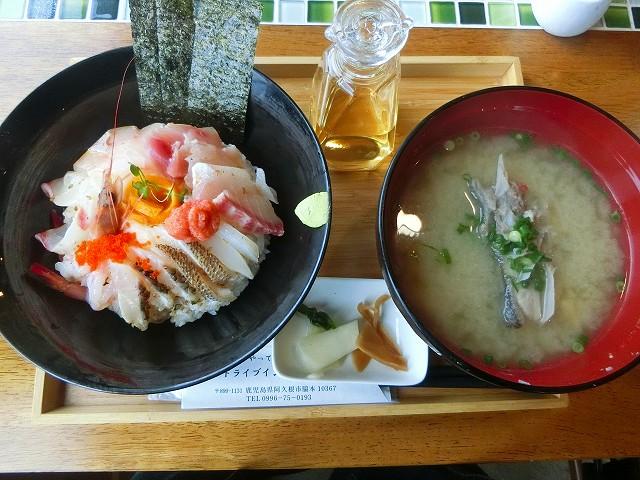 潮騒の海鮮丼と魚のあら汁が来ました。