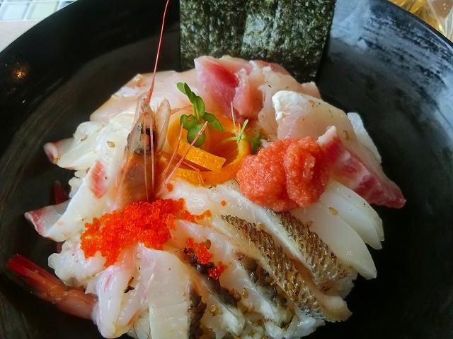 潮騒の海鮮丼は黒之瀬戸海峡の魚です。