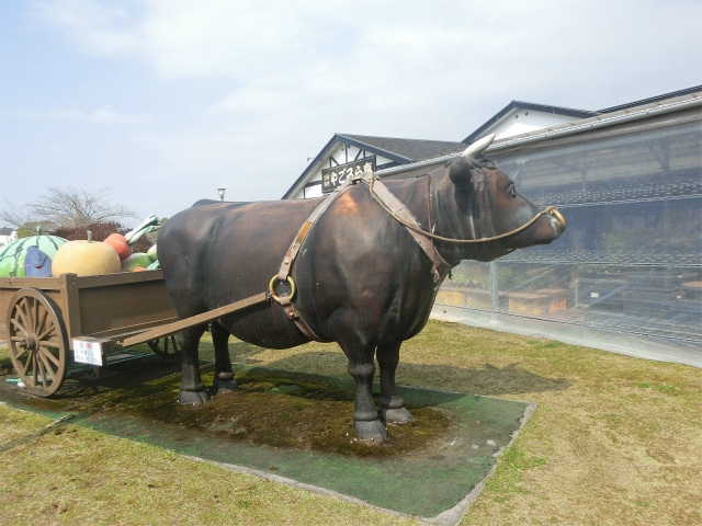 野菜を運ぶ牛のモニュメントもありました。