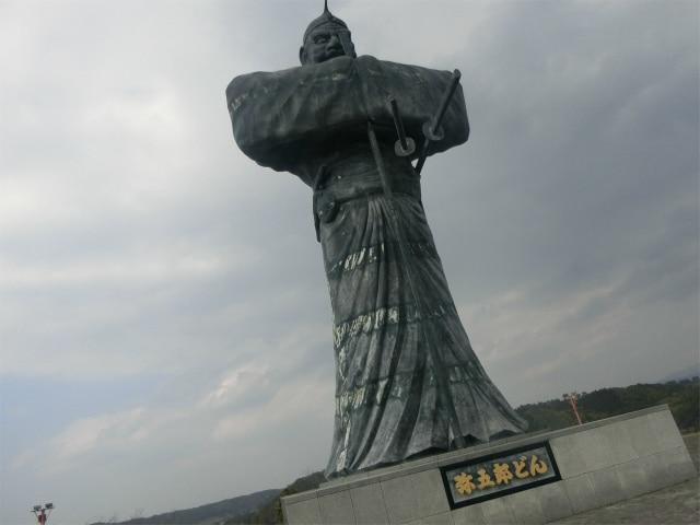 高さ15mの弥五郎どんの銅像があります。