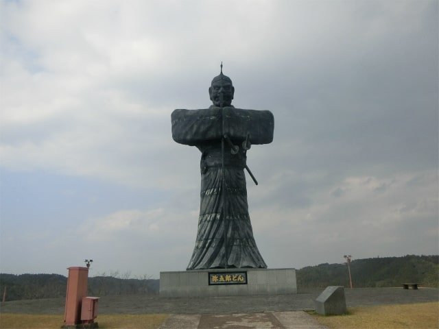 丘の上に立つ弥五郎どんの銅像。