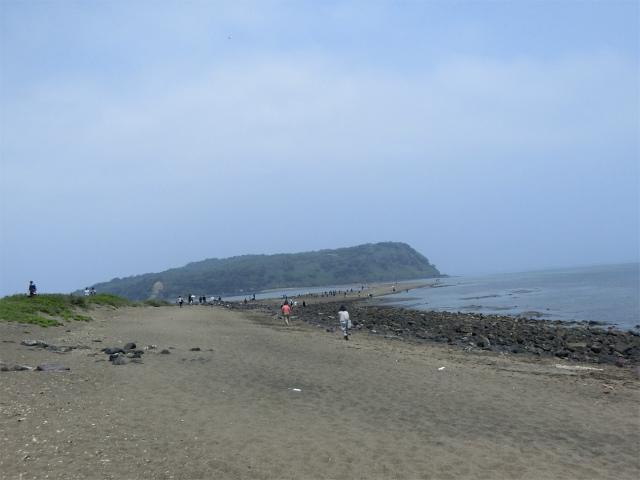 大潮と中潮の干潮時に砂の道が現れます。