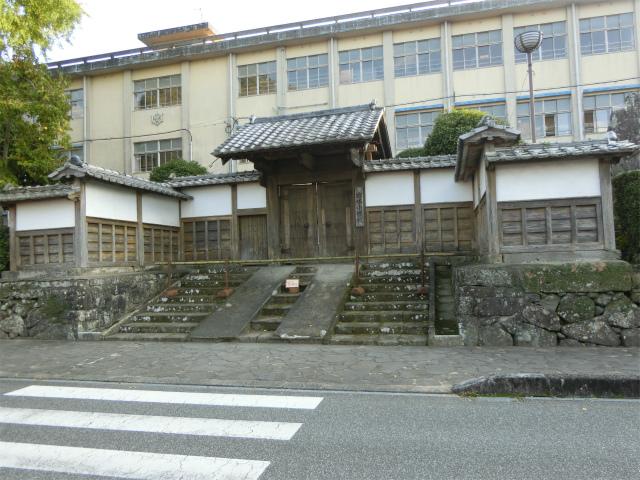 出水小学校の正門に仮屋門が残ります。