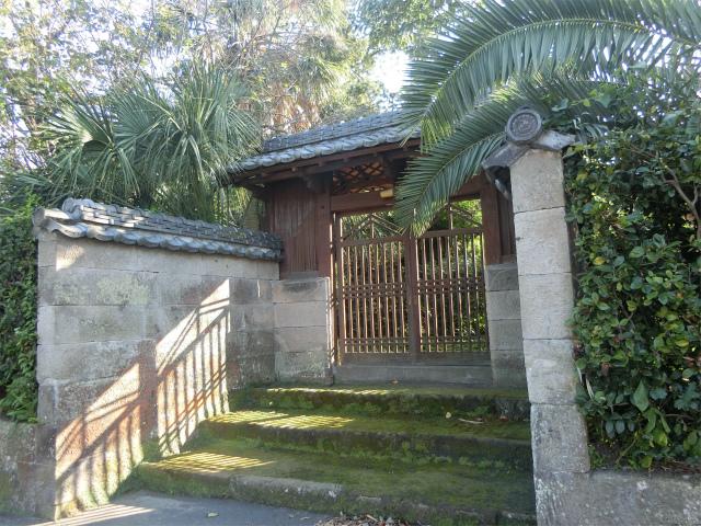 宮迫邸武家門には南国の植物がのぞく。