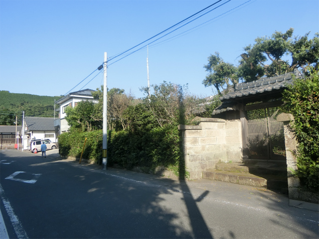 武家門が垂水麓の町並に溶け込みます。