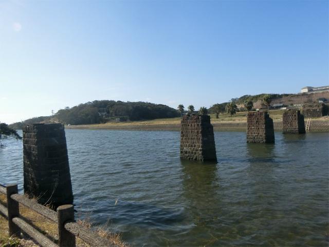 かっての南薩線鉄橋の橋脚跡です。