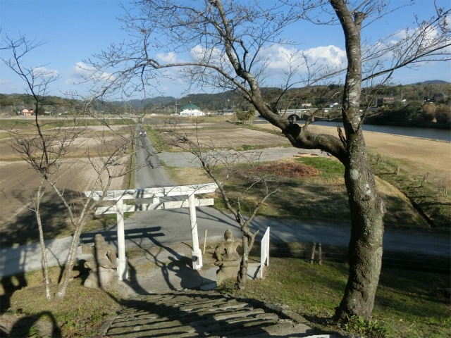 久多島神社は畑の一本道の突き当りです。