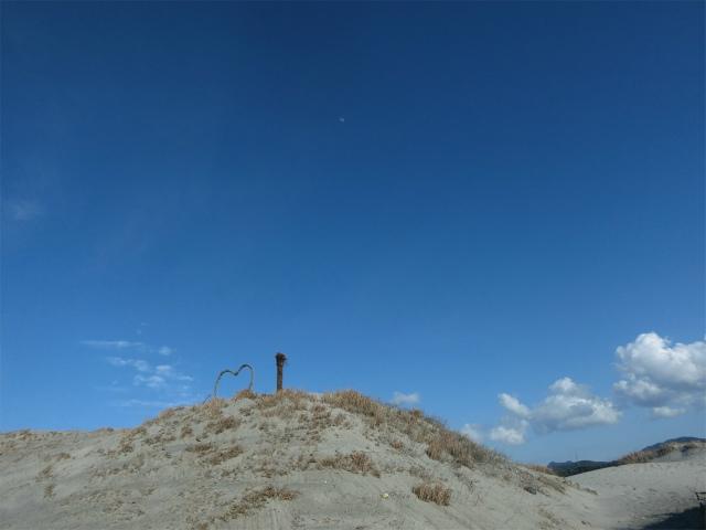砂丘の高くなった場所にハートのオブジェが。