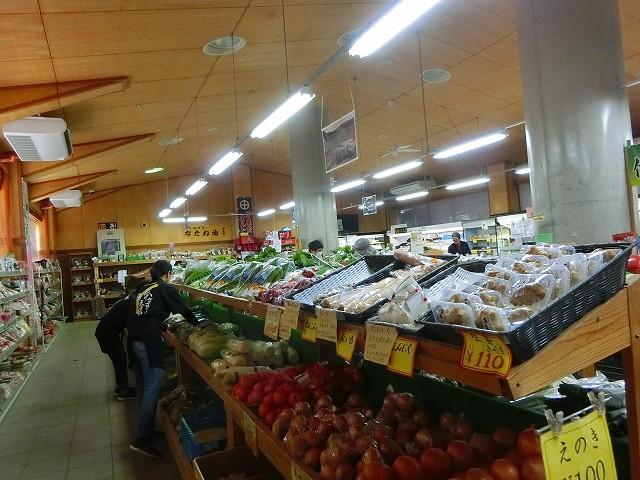 チェスト館には様々な野菜が並びます。