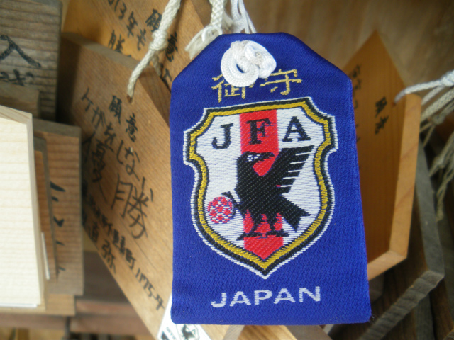 JFA公認のヤタガラスのお守りがあります。