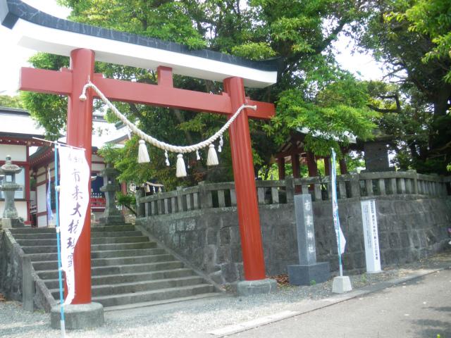 市来神社の黒、白、赤のカラフル鳥居です。