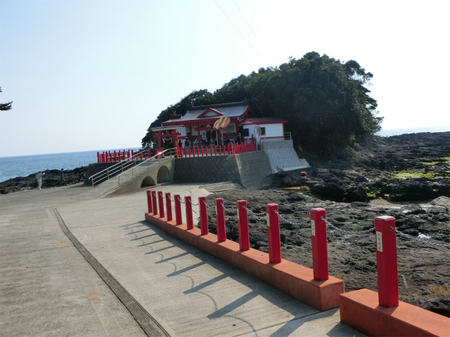 海に突き出た岩山に鎮座する釜蓋神社です。