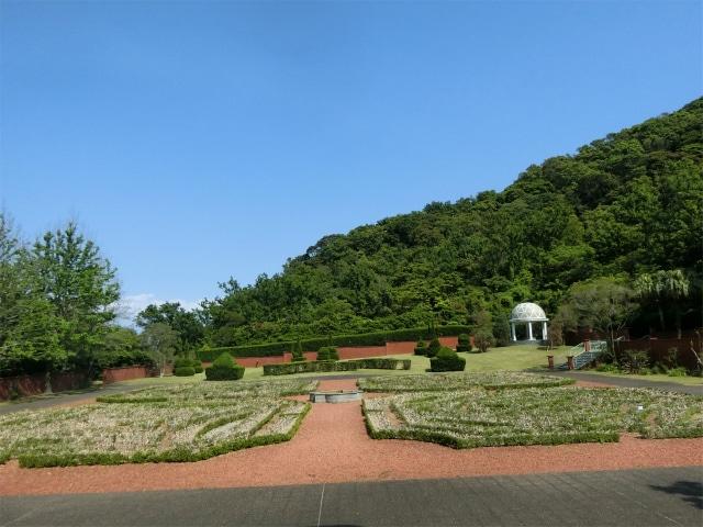 洋館のベランダから見た西洋庭園です。